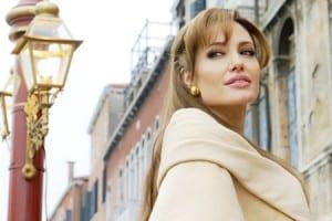 Kaip atrodyti moteriška ir pasitikinčia savimi… net jei viduje taip nesijauti? (Angelinos Jolie paslaptis, kurią lengvai pritaikysi ir savo gyvenime!)