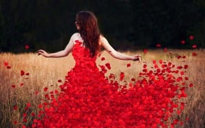 antradienio-magija-raudona-moteris